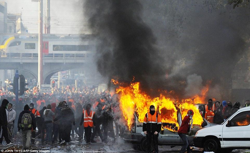 1415297800910_wps_51_Demonstrators_clash_with_