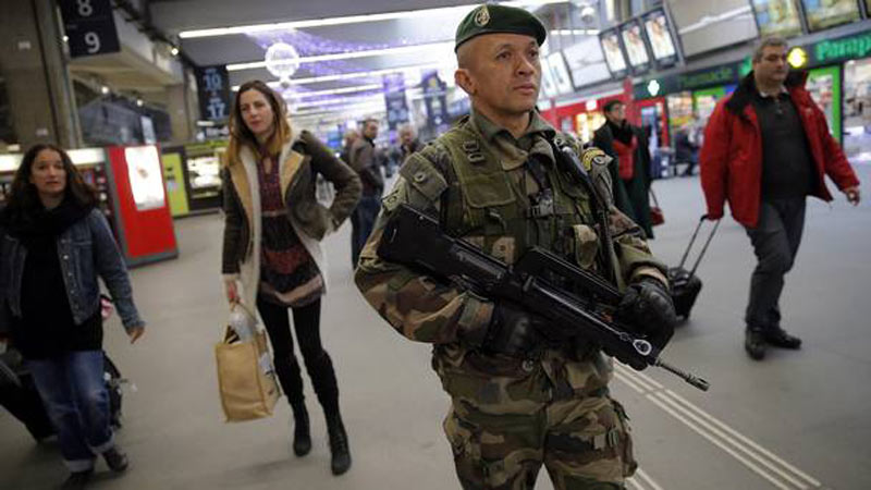 French-soldier-in-Paris-2