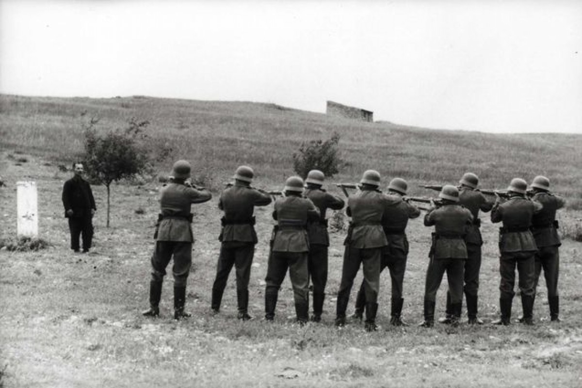 Crete-Greece-German-soldiers-preparing-to-shoot-a-local-hostage-May-June-1941